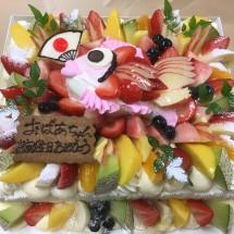 20㎝×25㎝の四角のケーキにめでたいミニ鯛のケーキをのせてフルーツたっぷりに♪